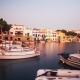 Schiffe schaukeln im Hafenbecken des Oertchens Portocolom