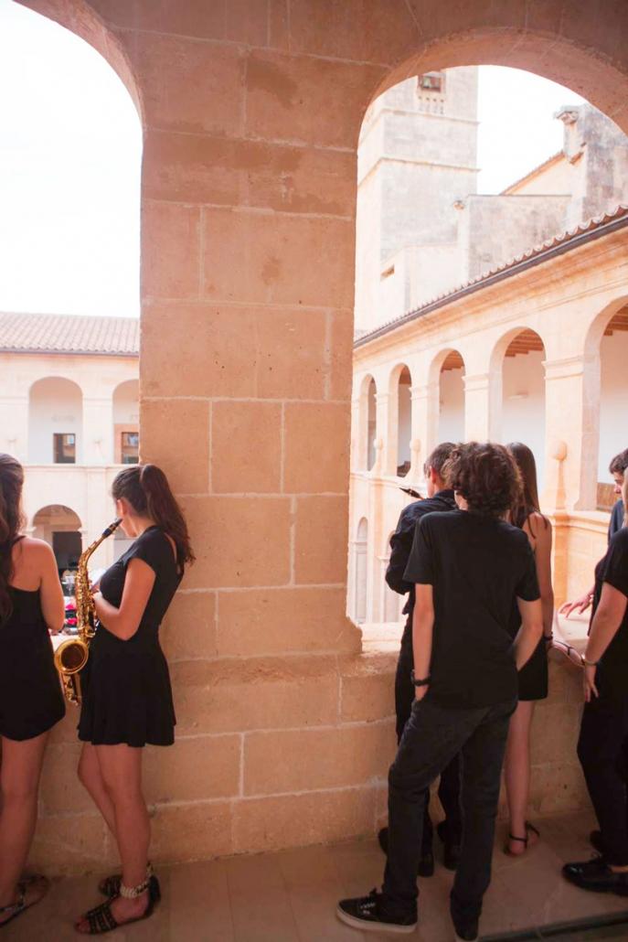 Musiker beobachten ein Konzert auf mallorca
